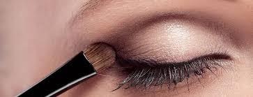 menggunakan eye shadow primer