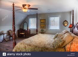 Schlafzimmer Mit Himmelbett Nachttisch Deckenventilator