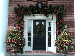 Exterior:Outdoor Front Door Christmas Decorations With Black Painted Door  Plus Round Green Garland And