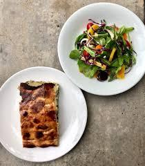 Paola Carosella - No prato dos agricultores de hoje 30/7 do #arturito -  Torta Pascualina com salada de beterraba e cenouras coloridas. R$28.  Disponível através do app da @rappibrasil ou encomendas (peça