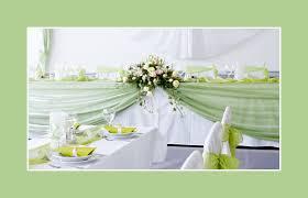 Tischdekoration In Wei Er Und Gruner Farbe Mit Blumen