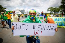 Bolsonaristas fazem ato em Brasília pedindo voto impresso | Poder360