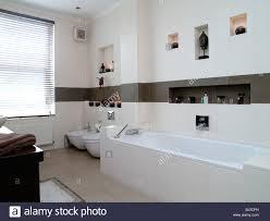 Moderne Badezimmer In Weißen Und Braunen Fliesen Gefliest Sein Und