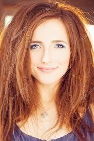 Zrzavé Vlasy žena šťastný Modelka S červeným účes A Modré Stock