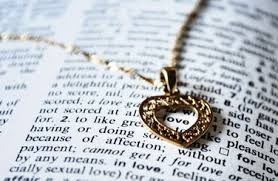 Широкоформатные обои Сердце книга слово love кулон ряд Картинка Кулон диссертация сердце слово цепочка love