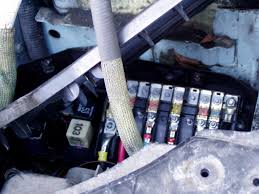 where is the friggin fuse holder a alternator fuse location remove 8 yes 8 screws holding the cover two of which tucked either side of the fuse box a bit of jiggery pokery and you re at the fuses