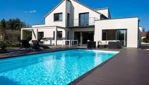 maison neuve avec une piscine