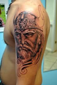 фото тату голова викинга в шлеме с рогами татуировки и эскизы