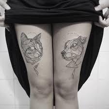 фото татуировок кошки и собаки в стиле лайнворк на бедрах девушки