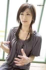 薄紫のトップスの中田有紀