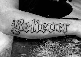 фото татуировки надписи в готическом стиле на предплечье парня