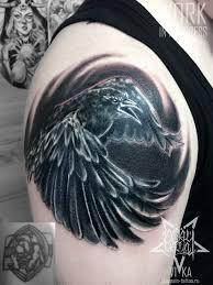 Cover Up перекрытие старой татуировки черно белый ворон на плече