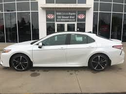 2018 toyota white camry. delighful 2018 whiteplatinum white pearl wblack roof 2018 toyota camry left side photo in toyota white camry