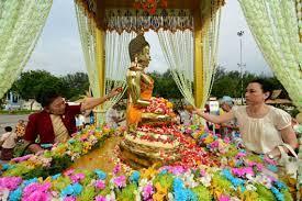 ปชช.สวมชุดไทยเข้าร่วมงานมหาสงกรานต์สรงน้ำพระ ณ ลานพระราชวังดุสิต  (ประมวลภาพ) สยามรัฐ