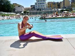 Costume Da Bagno Sirenetta : Agosto in piscina tra sirene e clown per alternare nuotate