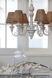 Kronleuchter Weiß Mit Lampenschirmen Aus Rattan Die