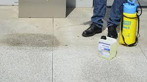 Fliesen lassen sich leichter reinigen, da ihnen weder wasser noch häufiges reinigen mit schrubber und wischlappen etwas anhaben. Terrassenplatten Reinigen Tipps Und Tricks Fur Die Beseitigung Von Schmutz
