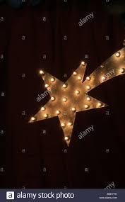 Ein Einziger Beleuchtet Weihnachtsstern Nachts Stockfoto