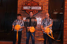 present at the event was chairman of didi resources sdn bhd rewi hamid bugo right and goh kian sin chairman of goh brothers motorcycles sdn bhd others