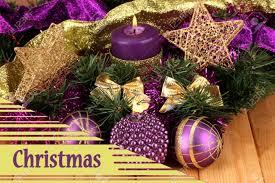 Composizione di natale con candele e decorazioni in colori viola e