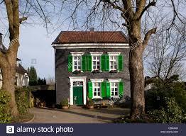 Haus Mit Traditionellen Dunklen äußeren Fliesen Und Grüne Fenster In