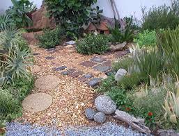 Idee Per Abbellire Il Giardino : Decorare il giardino con i sassi idee fai da te foto