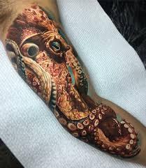 мужская татуировка на руке бицепсе море и осьминог очень крутая
