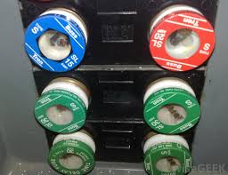 what is the difference between a fuse and a circuit breaker? circuit breaker vs fuse car at Circuit Breaker Vs Fuse Box