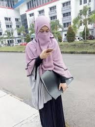 Wanita dengan pengikut lebih dari 61 ribu itu menggunakan cadar dalam kesehariannya. Foto Gaya Stylish Wardah Maulina Hijabers Bercadar Populer Di Instagram