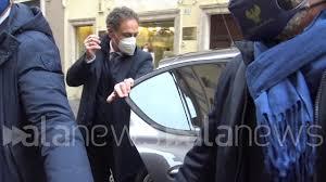 Conte lascia la propria abitazione per recarsi a Palazzo Chigi - YouTube