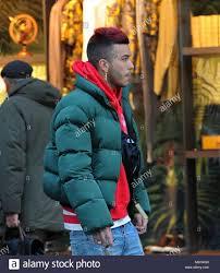 Milano, Sfera Ebbasta passeggiate nel centro del famoso rapper SFERA EBBASTA  sorpresi a camminare per le strade del centro. Qui egli è con gli amici a  piedi in Via Montenapoleone Foto stock -