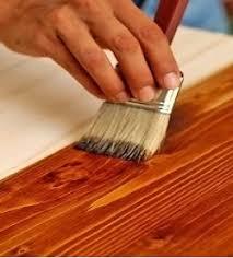 нанесение морилки на древесину кистью