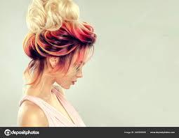 Mooi Model Meisje Met Elegante Multi Gekleurde Kapsel Stijlvolle