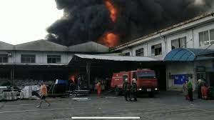ไฟไหม้รุนแรง โรงงานพลาสติก ย่านสุขาภิบาล 5 คาดมีคนติดภายใน