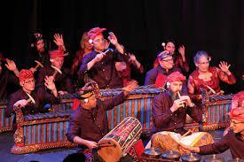 Berikut adalah pengertian seni musik menurut beberapa para ahli: Seni Musik Tradisional Pengertian Dan Fungsinya Dalam Masyarakat Omyus