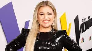 Kelly Clarkson flies to Las Vegas with ...