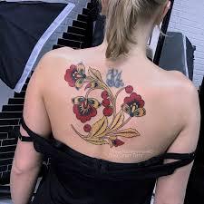 фото женской цветной татуировки на спине цветок в русском стиле узор