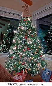Pictures Of Vertical Tall Decorated Christmas Tree Indoors K7325598
