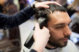 グルーミング髪型や人々 のコンセプト 人とトリマー理髪店で髪を