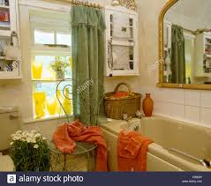 Weidenkorb Auf Beige Bad Im Alten Altmodische Badezimmer Mit Orange