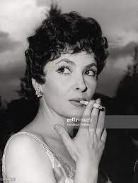 The Italian actress Gina Lollobrigida smoking a cigarette. 1962 Foto di  attualità - Getty Images