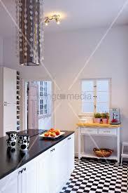 Captivating Reduzierte Schwarz Weiße Küche Mit Schachbrettmuster Und Modernem Dunstabzug