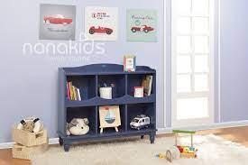 Thiết kế phòng bé trai gọn gàng với giá sách đựng đồ chơi cá tính.