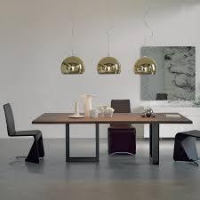 Tavolo con gambe in ferro e piano in legno massello sigma. notare