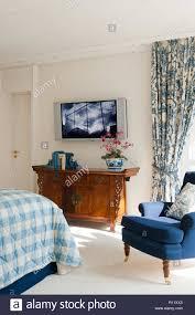 Flachbildschirm Fernseher Im Schlafzimmer Stockfoto Bild 224392507
