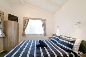 ... SE Main Bedroom ...