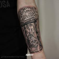фото татуировки песочные часы в стиле черно белые чикано