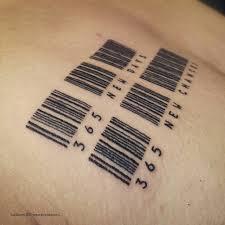 татуировка на груди штрих кода и надпись тату сделана одним