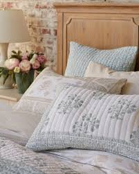 how to mix and match patterned bedding