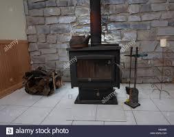 Holzbefeuerter Ofen In Einem Keller Für Nachheizung